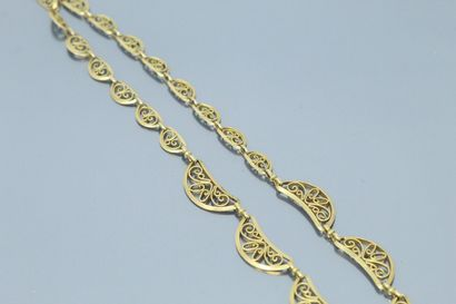 Collier draperie en or jaune 18k (750) à maille croissant de lune ajouré et filigrané...