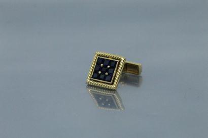 CHAUMET  Bouton de manchette en or jaune 18k (750) de forme carré orné de saphirs...