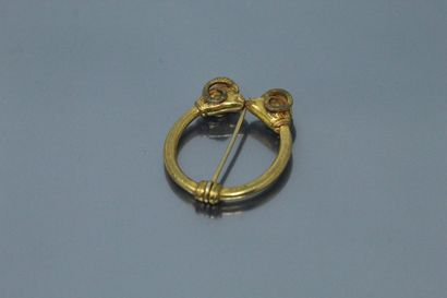Broche en métal doré figurant deux tête de...