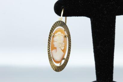 Paire de boucle d'oreilles en or jaune 18K (750) ornées de camées coquille figurant...