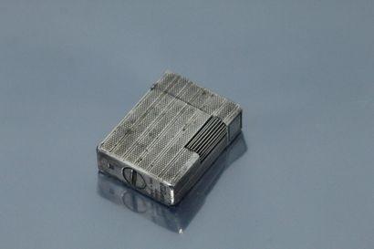 S.T. DUPONT  Briquet en métal argenté guilloché...