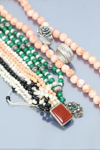 Lot de colliers dont un en perles de corails....