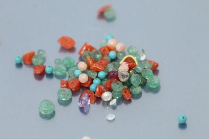 Lot de perles en pierres dures et émeraudes....