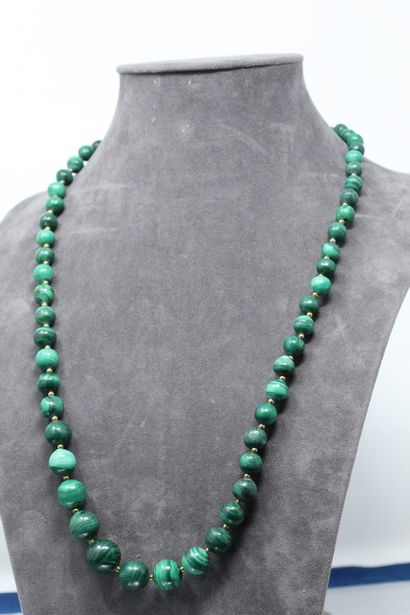 Lot de deux colliers, l'un en chute de perles...