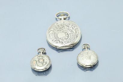 Deux montres de col et une montre de gousset, boîtes en argent (Crabe et Cygne)....