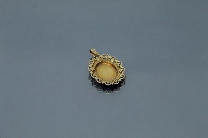 Pendentif en or jaune 18k (750) rayonnant ornée en son centre de sept petites turquoises...