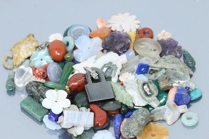 Lot de pierres dures de formes diverses (fleurs,...