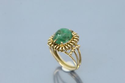18k (750) yellow gold openwork ring set with a cabochon emerald (chips).  Finger...