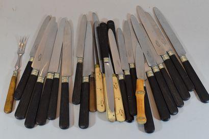 Fort lot de couteaux divers en métal argenté...