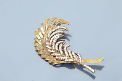 Broche en métal doré en forme de plumes ajourées,...