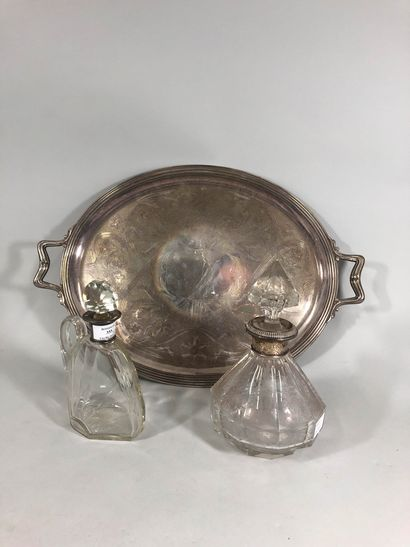 Deux carafes en verre gravé agrémenté d'une...
