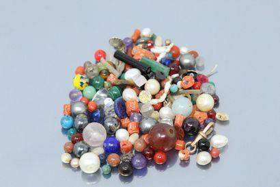 Lot de perles de fantaisie et pierres du...