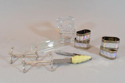 Lot d'objets des arts de la table comprenant...