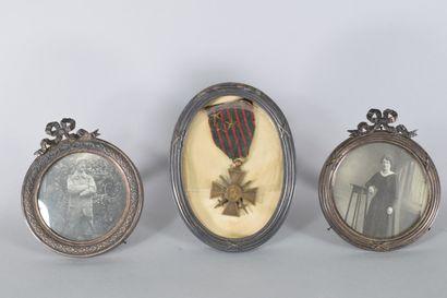 Lot de trois cadres photos en métal fin XIX...