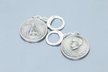 Lot de deux pendentifs médailles en métal...