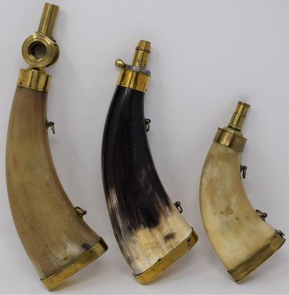 Trois poires à poudre en corne :  - l'une...