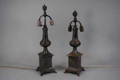 Paire de lampes en métal argenté à décor...
