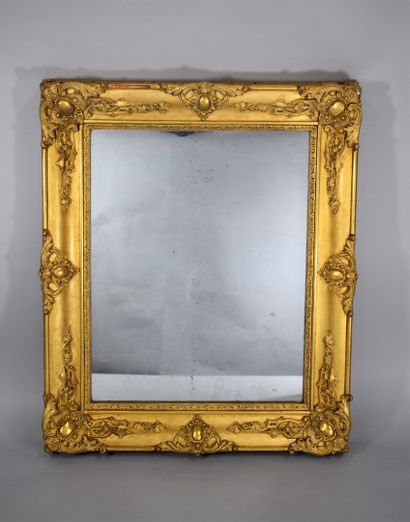 Miroir rectangulaire en bois et stuc doré...
