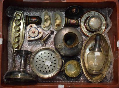 MANETTE : paire de petits vases et une soucoupe en porcelaine à fond noir mat, peintes...