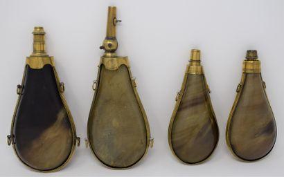 Quatre poires à poudre en corne à panse plate...
