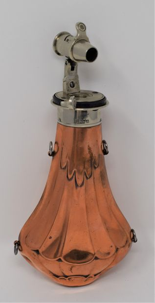 Poire à poudre en cuivre repoussé, distributeur à bascule en métal gravé : James...