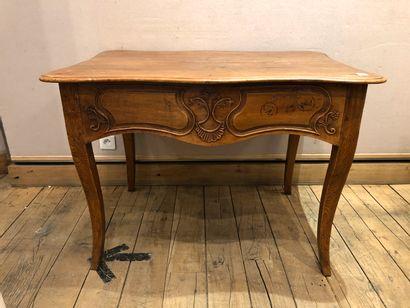 Table en bois naturel ouvrant à deux tiroirs...