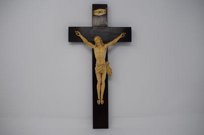 Christ en ivoire sculpté. Croix en bois postérieure....