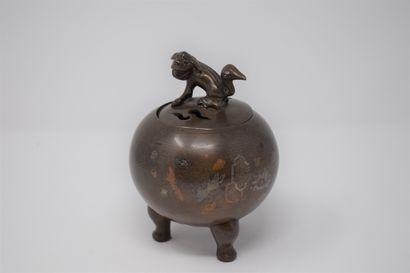 Brûle-parfum sphérique en bronze tripode...