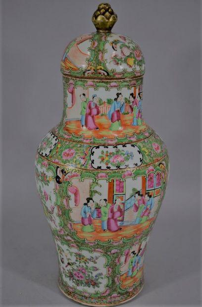 CHINE Canton, Fin XIXème siècle  Vase balustre...