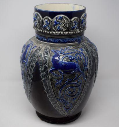 CHOISY LE ROI  Vase en faïence bleue à décor...