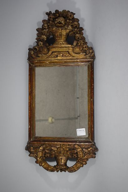 Miroir rectangulaire en bois doré, une corbeille...