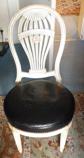Suite de quatre chaises de style Louis XVI...