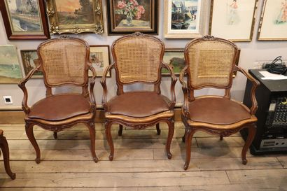 Suite de quatre fauteuils cannés en chêne...