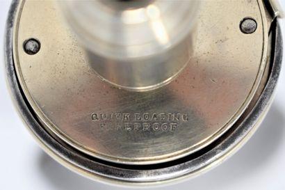 Poire à poudre en métal gainé de cuir, un écusson aveugle sur une face. Gravée :...