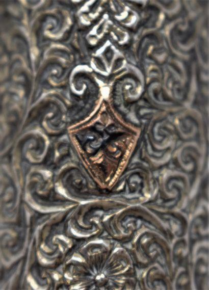 Koumya composée d'un fourreau en argent (800/1000) à riche décor de motifs floraux,...