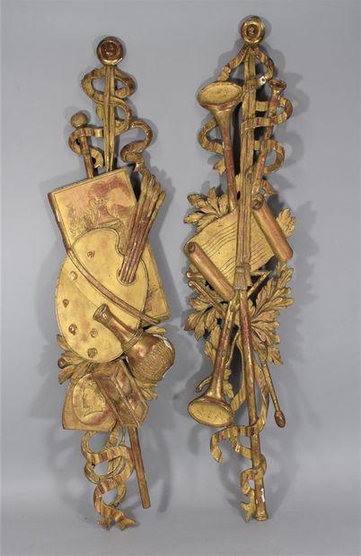 Paire de bois dorés aux attributs artistiques...