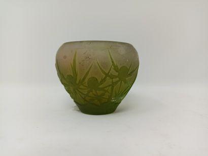 Petit vase ovoïde en verre dégagé à l'acide...