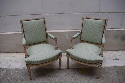 Paire de fauteuils à la reine, en bois sculpté...