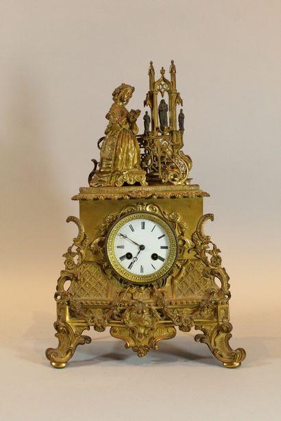 Pendule romantique en bronze doré à décor...