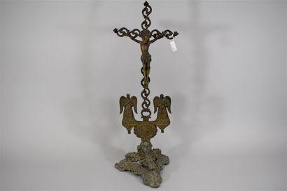 Crucifix en bronze, deux anges et un agneau...