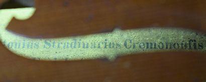 Violon de facture allemande,  Etiquette apocryphe de Stradivarius,  354 mm  Avec...