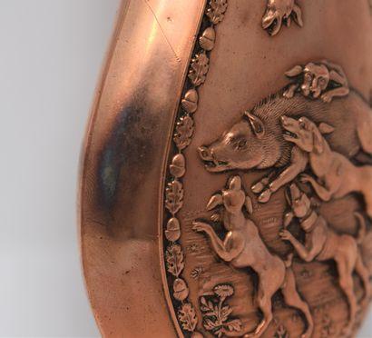 Trois poires à poudre en laiton et cuivre repoussé à décor cygénétique, à deux anneaux...