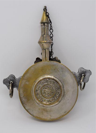 Poire à poudre à panse circulaire en laiton à décor appliqué d'argent (usure), sur...