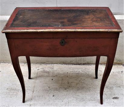 Table à jeu en bois rechampi rouge, le plateau...