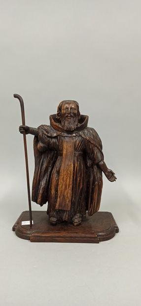 Statue en bois représentant un pélerin tenant...