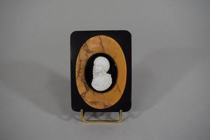Camée représentant un buste de femme sur...