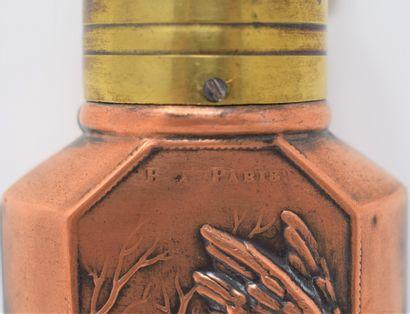 Six poires à poudre en métal repoussé à décor cygénétique (gibier) et distributeur...