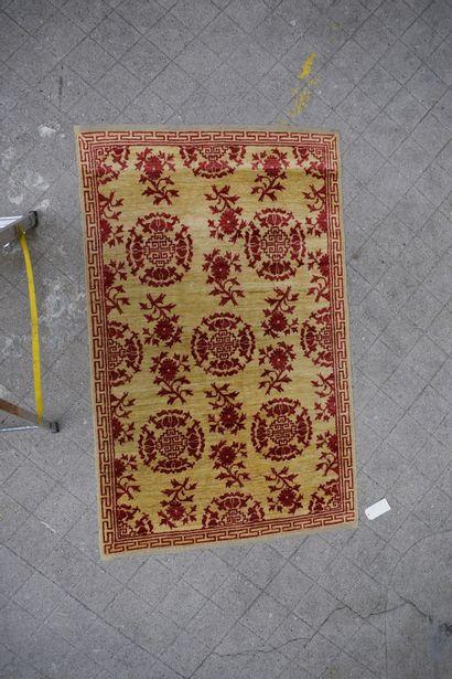 Tapis Chobi fond jaune à décor géométrique rouge. H : 192 cm - L : 121 cm