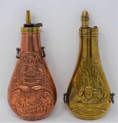 Deux poires à poudre piriforme en métal repoussé à décor d'inspiration américaine,...