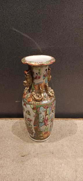 CANTON  Vase en porcelaine à décor en réserve...